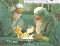 Хирург оперирует пациента, страдающего от ГЭРБ