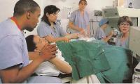 Хирург отсасывает яйцеклетки из яичника женщины