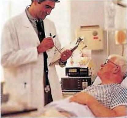 Кардиоторакальный хирург-консультант объясняет г-ну Томасу, что он намеревается делать