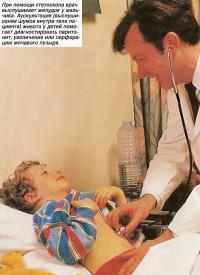 При помощи стетоскопа врач выслушивает желудок у мальчика