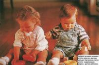 Ребенок не сразу начинает играть вместе с другими детьми