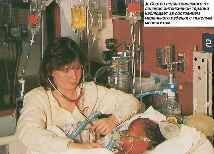 Сестра наблюдает за состоянием маленького ребенка с тяжелым менингитом