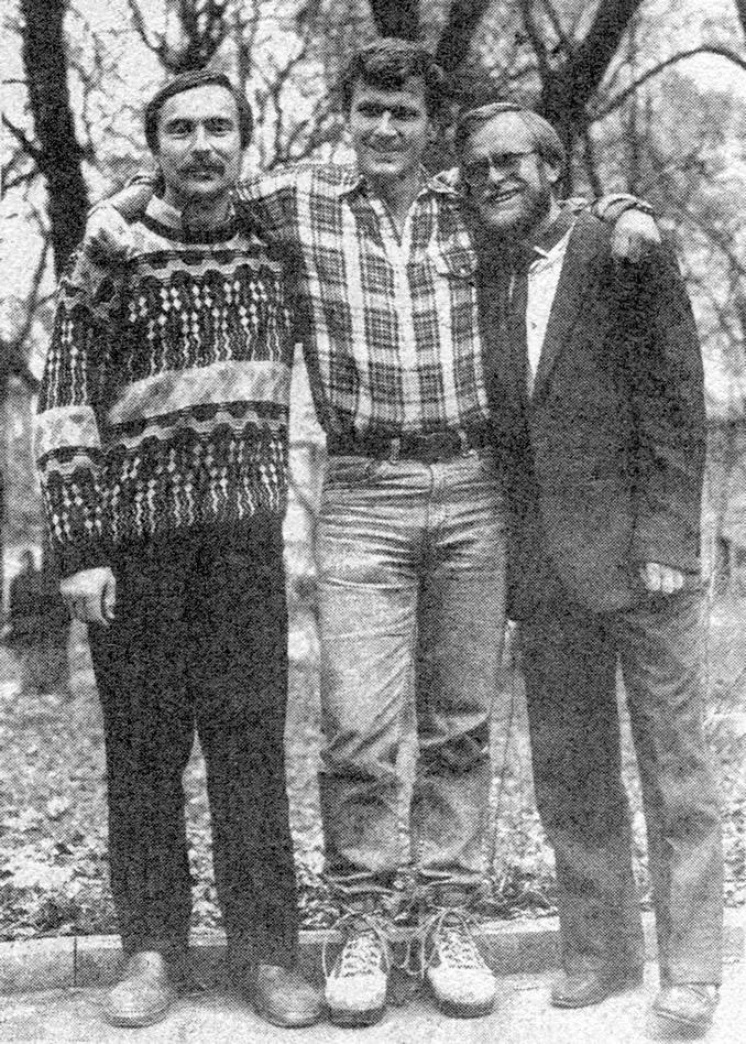 Том Стоун (в центре) с Владимиром Феоктистовым (справа) и Владимиром Журавлевым