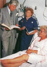 В день операции Маргарет обсудила все ее аспекты с хирургом и группой студентов-медиков