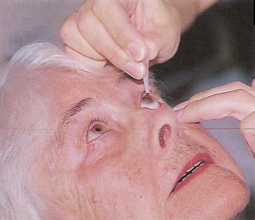 В течение часа перед операцией медсестра закапывает капли в глаза
