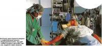 В вену руки пациента введена и зафиксирована канюля.