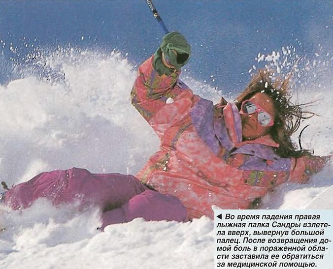 Во время падения правая лыжная палка взлетела вверх, вывернув большой палец