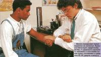 Врачи определяют пульс пациента на запястье